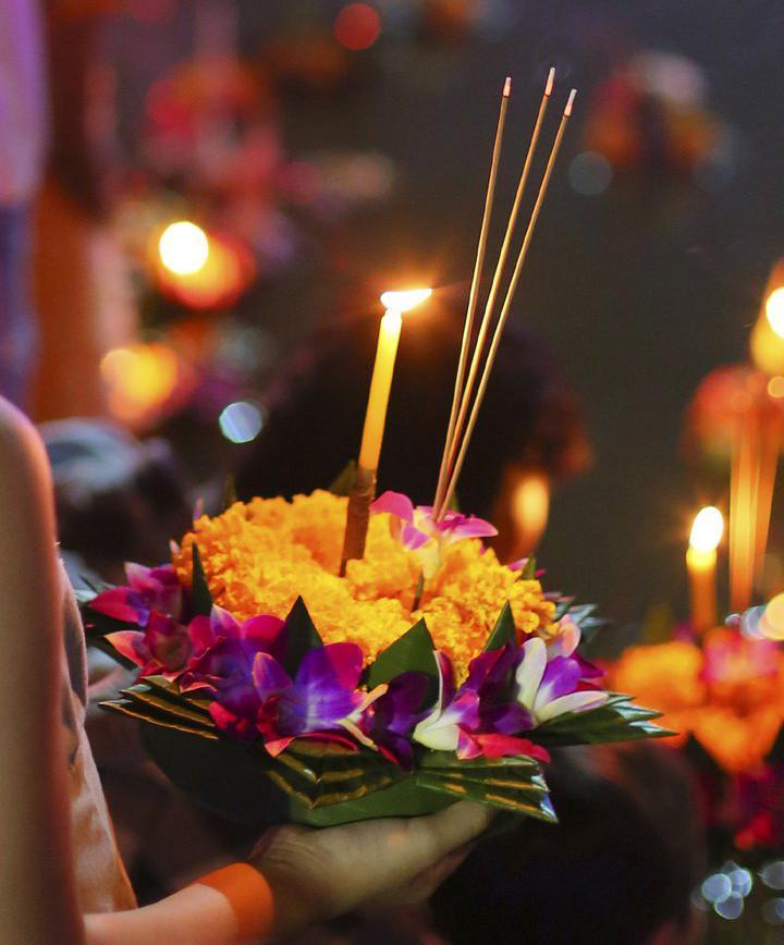 문화예술_러이끄라통 축제에서 소원 담은 연꽃등 띄워 보내기  이미지