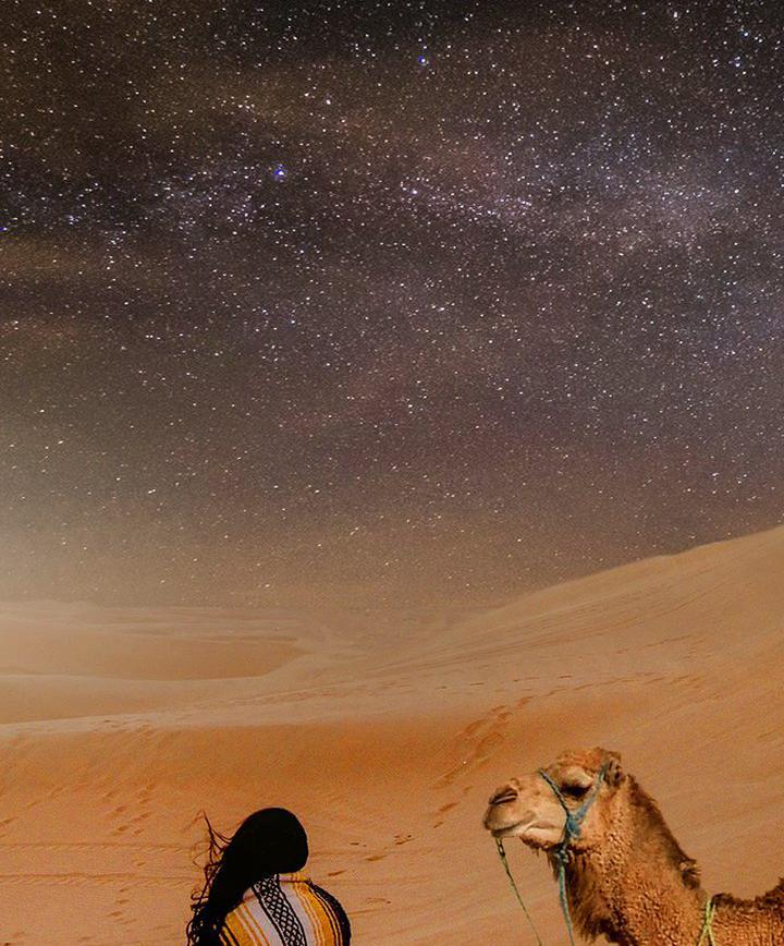 대자연_광활한 사막에서 쏟아지는 은하수 보며 잠들기 이미지
