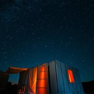 별이 쏟아지는 사하라 사막의 사진 남기기