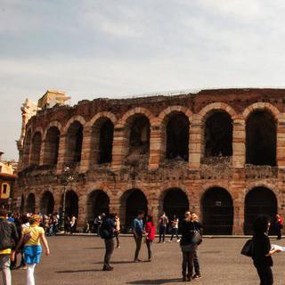 고대 로마의 흔적, 원형 극장 '아레나'에서 오페라 즐기기