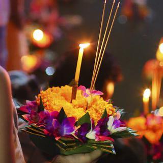 러이끄라통 축제에서 소원 담은 연꽃등 띄워 보내기