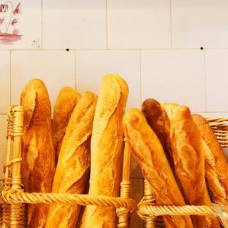 파리 동네 빵집에서 갓 구운 바게트 맛보기