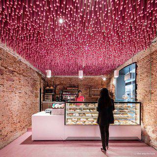 핑크빛으로 물든 150년 전통의 빵집에서 디저트 맛보기