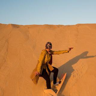 사하라 사막에서 샌드보드 타고 금빛 모래 언덕 내려오기