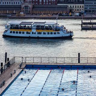 로맨틱한 야경 바라보며 도심 속 수영 즐기기