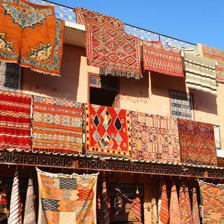 모로코의 명물, 화려한 전통 카펫 골목 구경하기