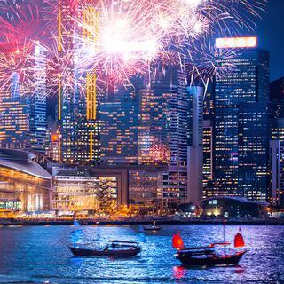 홍콩의 스카이라인 야경에 번지는 화려한 불꽃 감상하기