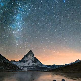 별빛이 쏟아지는 알프스 산에서 낭만적인 캠핑하기