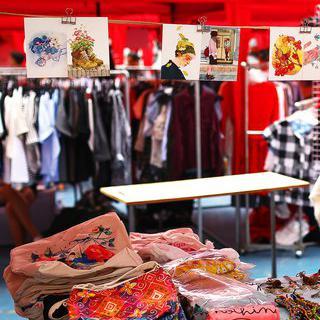 마드리드의 '마요르 광장' 주말 시장에서 특별한 기념품 구입하기