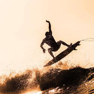 세계 3대 서핑지, 미라플로레스의 파도에 맞서 서핑하기