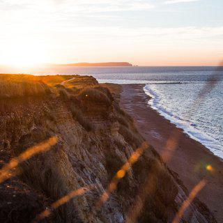 끝없이 펼쳐진 '본머스' 해변 따라 여유롭게 산책하기