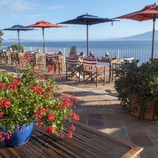 해안 절벽의 평화로운 마을, '소렌토'에서 여유로운 휴식 만끽하기