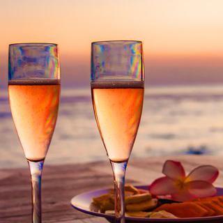 노을로 물드는 발리 바닷가에서 특별한 야외 디너 즐기기