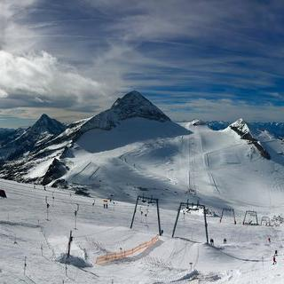 Hintertuxer Gletscher'에서 눈부신 햇살 맞으며 스키 타기