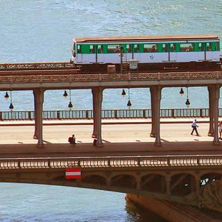 건축물 자체로 예술이 되는 순간, 'Pont de Bir-Hakeim' 아래 걸어보기
