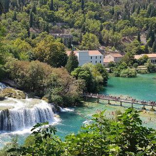 웅장함을 자랑하는 폭포, '스플리트 크르카 국립공원'에서 수영하기