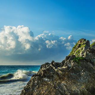 해안 절벽 사이로 물드는 '툴룸'의 감동적인 일출 맞이하기