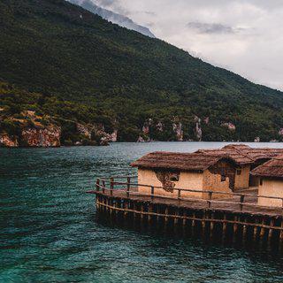 언덕 위 성당에서 아름다운 호수가 펼쳐진 '오흐리드' 전경 감상하기