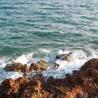 카탈루냐 지방의 평화로운 해안 도시 '살로우' 여행하기