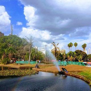 나이로비의 상징이 가득한, 도시의 녹색 심장 Uhuru Park에서 휴식하기
