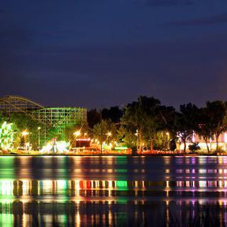호수에 비치는 아름다운 놀이공원, 레이크사이드 어뮤즈먼트 파크에서 놀이기구 타기