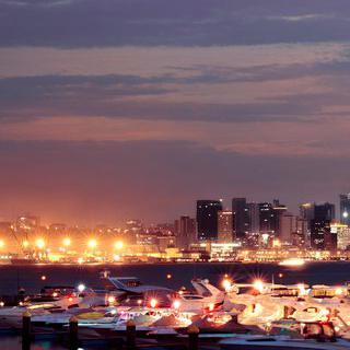 앙골라의 항구 도시 '루안다'에서 붉게 물든 대서양 바라보기
