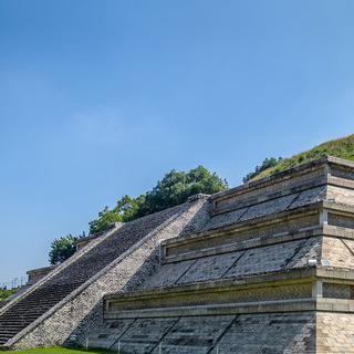 아스테카 문명의 도시, '촐룰라'에서 피라미드 언덕 오르기