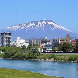 바위를 깨는 흐드러진 벚꽃, 일본 모리오카