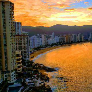 태평양 연안의 휴양 도시 '아카풀코'에서 황금빛 노을 바라보며 서핑하기