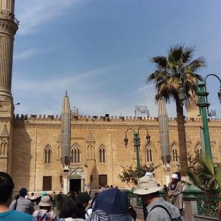 카이로의 시장에서 스핑크스 미니어처 쇼핑하기