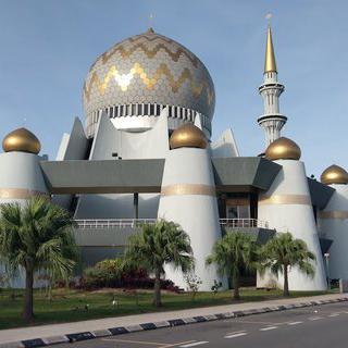 황금빛 지붕이 인상적인 사바 주립 모스크에서 사진찍기