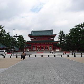 붉은 '헤이안 신궁'을 감싸는 벚꽃 아래에서 사진찍기