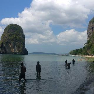 아름다운 '프라낭 해변'에서 투명한 바다를 물들이는 일몰 감상하기