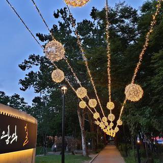 노래하는 시인 김광석을 추억하는 '김광석다시그리기길'에서 거리 공연 즐기기