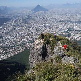 시원하게 뻥 뚫린 'Monumento Natural Cerro de la Silla'에서 하이킹하기