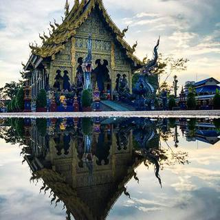 눈에 띄는 파란색으로 칠해진 금 장식이 겹쳐져 있는 Wat Rong Seur Ten (Blue Temple) 사찰에서 사진찍기