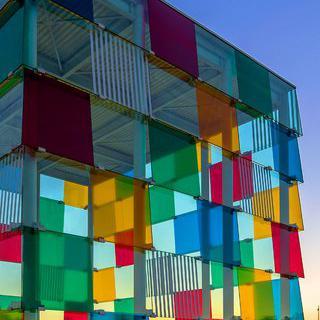 형형색색의 큐브 미술관, '퐁피두 센터 말라가'에서 예술 작품 감상하기