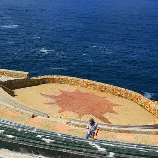 아름다운 절벽 위 'Sinfonía del Mar'에서 일몰 감상하기