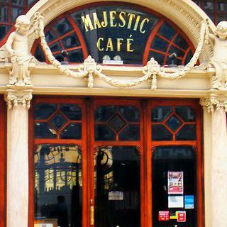 달콤한 디저트 여행, 'Majestic Café'에서 프렌치 토스트 먹기