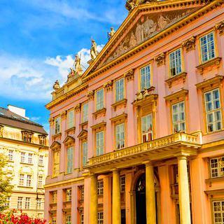 화려한 분홍빛 왕궁, '프리메이트 궁전'에서 태피스트리 감상하기