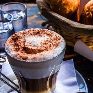 고풍스러운 르네상스 거리, '미하보 광장'에서 커피 마시기