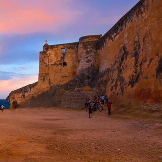 고풍스러운 해안 요새, '포르 지저스'를 배경으로 사진 찍기