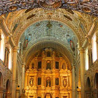 푸에블라의 황금 교회에서 화려한 예배당 감상하기