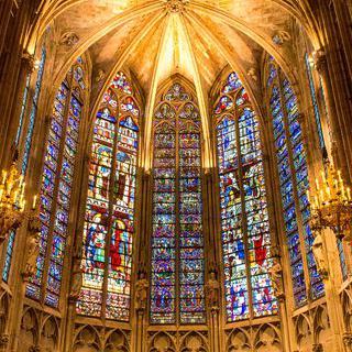 고풍스러운 성당에서 중세 스테인드글라스 감상하기