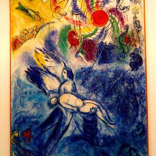 색채 마술사의 거대한 팔레트, '샤갈 박물관'에서 스테인드글라스 보기