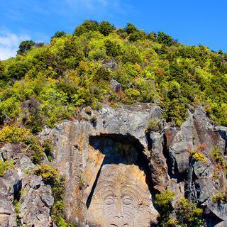 타우포 호수에서 거대 바위 조각 감상하기
