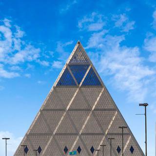 도심 속의 피라미드, '평화와 화해의 궁전'에서 스테인드글라스 보기