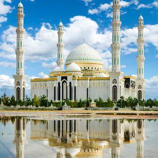 새하얀 이슬람 사원, 'Hazrat Sultan Mosque'에서 유리 장식 보기
