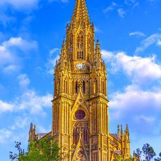산세바스티안의 대성당에서 웅장한 첨탑 감상하기